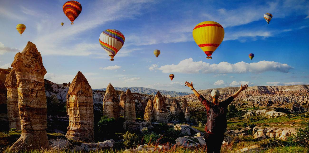 Mujer con globos en Capadoccia página de inicio