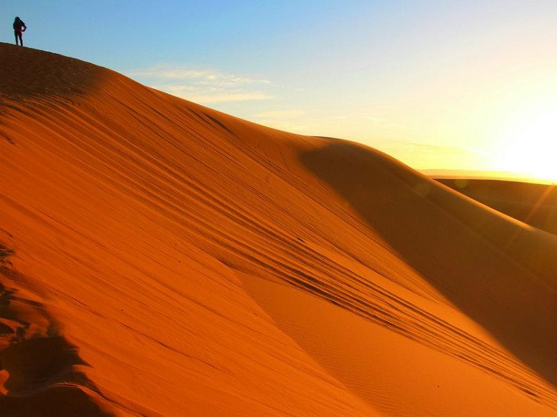 Mujer en el desierto de Marruecos